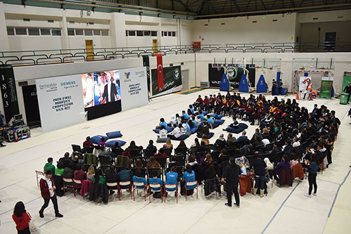 30 liseden 600 robot takımı öğrencisi, Darüşşafaka Ayhan Şahenk Spor Salonu'nda bir araya geldi.